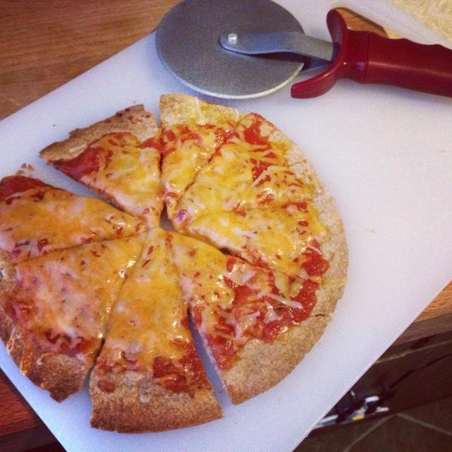 Corre la marinara sobre la tortilla tostada, y espolvorear queso encima. Cubra con el resto de sus ingredientes y devolver la pizza a la tostadora hasta que el queso se haya derretido. Cortar y disfrutar!