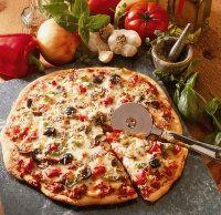 Cortar la pizza en trozos y servir.