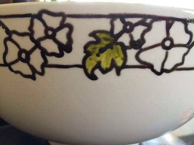 Seguí con mis bocetos con un negro PEBEO Porcelana 150 marcador. Luego, utilizando el peridoto marcador verde coloreé en todas las hojas.