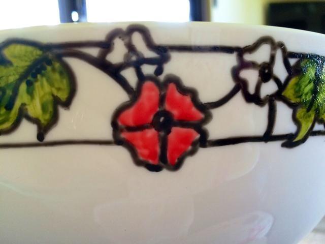 Utilizando el bloque marcador rojo escarlata en los pétalos de la flor,