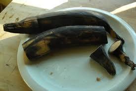 Yo prefiero la piel de negro debido a que los azúcares del plátano muy maduro caramelice cuando se fríen por lo que el sabor es aún más dulce y delicioso. Cortar los extremos y quitar la cáscara.