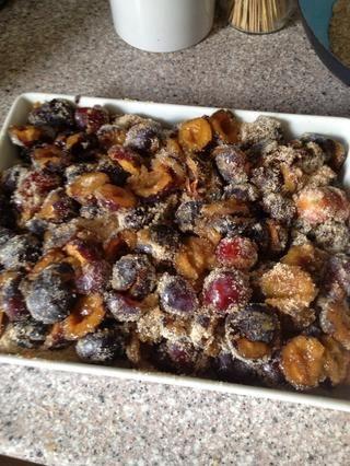 Utilice una bandeja de horno donde se puede tener las ciruelas en 1 media capa. Agregue el azúcar y agregar las especias. Puede utilizar canela, raíz de regaliz o jengibre fresco. Girar en horno a 300 ° F / 150 ° C