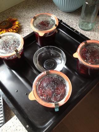 I esterilizado mis tarros hirviéndolos durante 10 minutos. La mermelada se va de nuevo en el horno caliente a 300 ° F hasta que empiece burbujeante en uno de los frascos. Luego apague el horno y dejarlas durante 30 minutos más