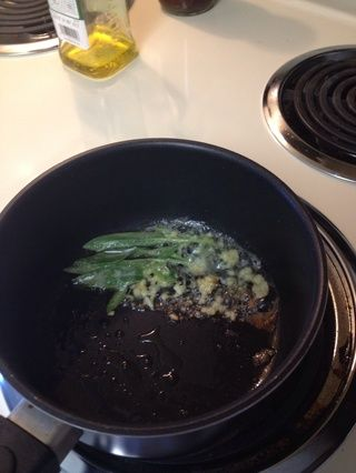 Para el aceite caliente y la mantequilla, a fuego medio, agregar la hierbas, pimienta, ajo y jugo de limón