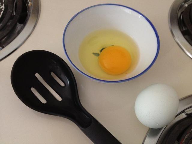 Romper el huevo en un tazón pequeño.