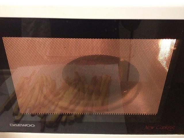 Derrita 6 oz de chocolate negro en el microondas durante un minuto.