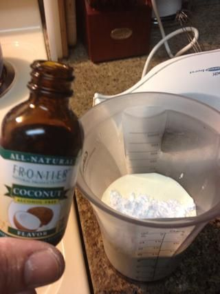 Batir un poco de crema de leche y antes de que espese totalmente añadir extracto de coco 3/4 cucharadas de azúcar en polvo 1 cda.