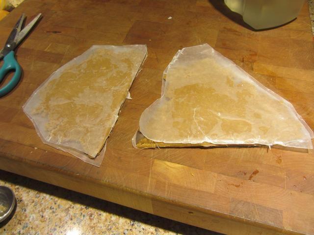 Añadir varias ranuras en la parte superior del papel en un lado. Dos empanadas están listas para alimentar a las abejas.