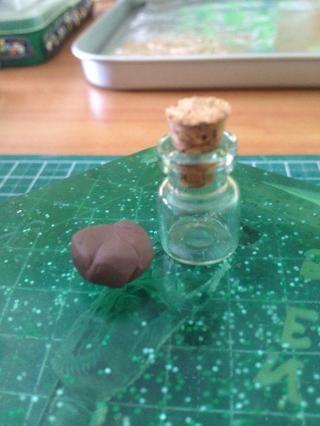 Obtener arcilla marrón que puede cubrir un quinto de la parte inferior de la jarra. Esta será la'soil'.