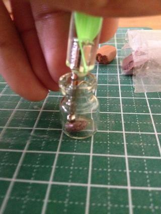 Utilizando una herramienta que salpican, aplanar la pieza de marrón a la parte inferior de la jarra de vidrio. Sin embargo, asegúrese de que usted no't use too much force or else it'll lose its texture.