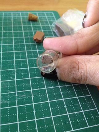 Como se ve en la parte inferior de la jarra de vidrio, la'soil' has retained its texture.