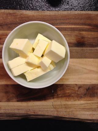 Cortar la mantequilla en trozos.