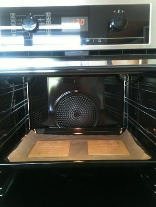 Calentar el horno a 130 grados centígrados (266 grados Fahrenheit) y poner las placas de la arcilla en el centro del horno. Deje que se seque durante 15 minutos y luego lo saca y se deja secar de nuevo durante 24 horas.
