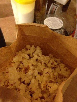 Retire con cuidado las palomitas de maíz caliente de microondas. Mira cuánto palomitas este rendimiento! Nunca sucede con las grandes marcas con todos los aditivos.