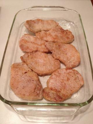 Si te quedas sin espacio en la fuente de horno, se puede solapar las chuletas de cerdo.