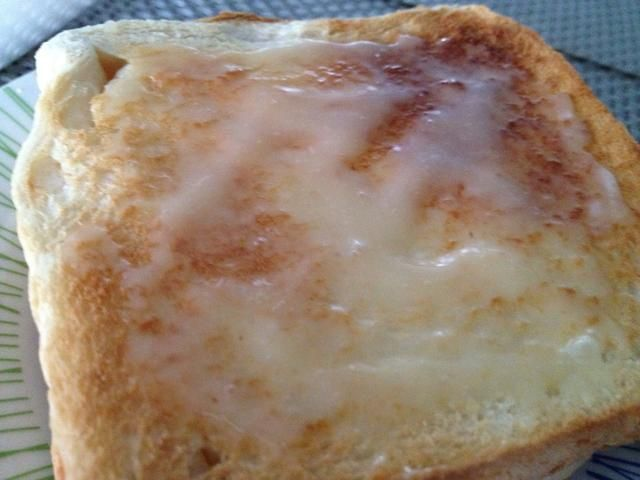 Extienda la mezcla de leche de mayo-condensada en el pan. Deje que se hunden en el pan.