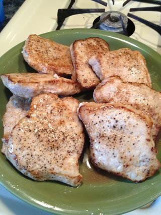 Cuando la carne de cerdo ha sido dore, eliminarlos y transferir a un plato.