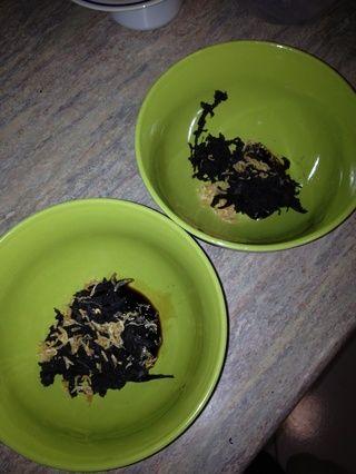 Añadir un par de pizcas de camarones secos, algunas algas secas arrancó, un chorrito de salsa de soja y una pizca de sal en cada recipiente.