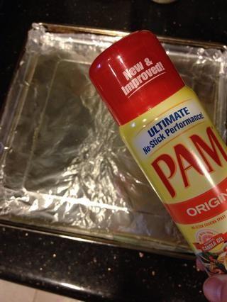 Coloque papel de aluminio sobre una bandeja y rociar con aceite o limpie con aceite de mantequilla / oliva.