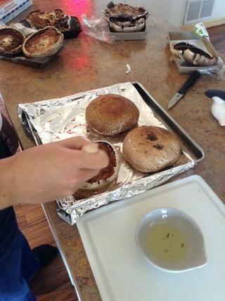 Añadir el aceite de oliva en un tazón pequeño y luego sumergir una brocha de pastelería en bowl.Brush las setas con aceite de oliva