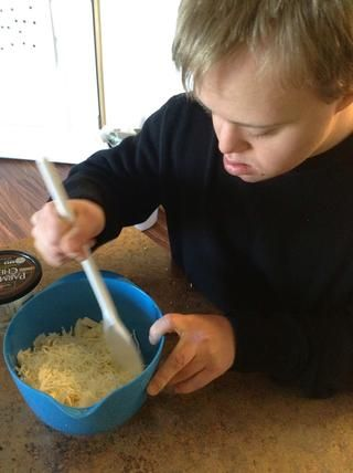 Mezclar los quesos junto con una cuchara