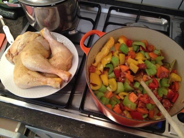 Añadir pimentones, chorizo, cáscara de naranja, hojas de laurel, semillas de cilantro, pimentón en polvo y chile. Revuelva voor 4 minutos a fuego alto