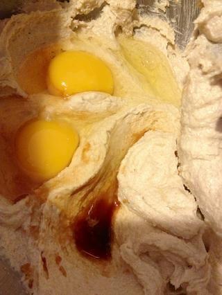 Añadir los huevos y la vainilla y mezclar hasta que quede cremoso.