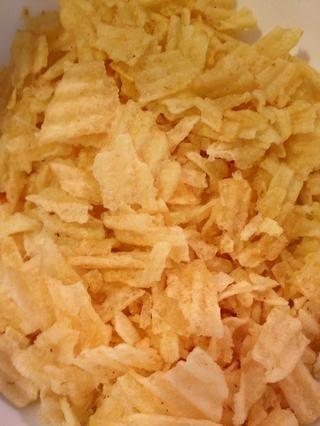 Coge dos tazas de papas fritas y toscamente aplastarlos.