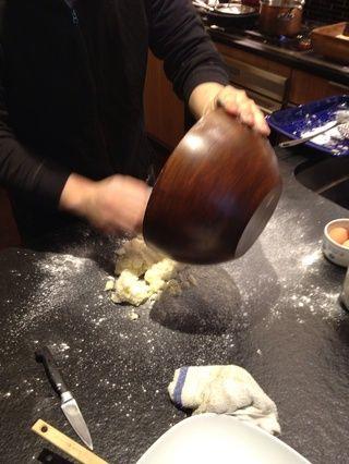 Poner la harina sobre la superficie de trabajo y tomar las patatas de la taza
