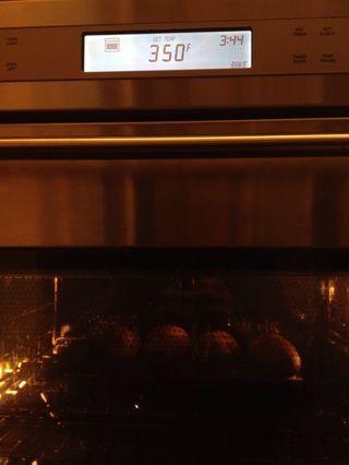 Coloque las papas en el horno durante un par de horas a 350. Para comprobar si están completamente cocidas, simplemente meter con un cuchillo y si sale a través fácilmente entonces's ready.