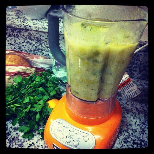 Mezcle la sopa hasta que esté suave. Agregue la crema, crema agria, salsa worcester, la nuez moscada, el jerez, sal y pimienta al gusto.
