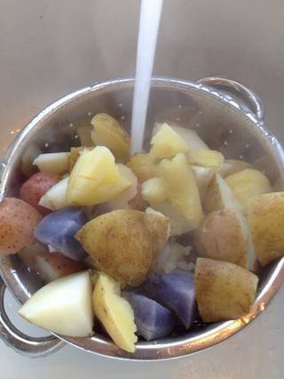 Escurra y enjuague las patatas con agua fría