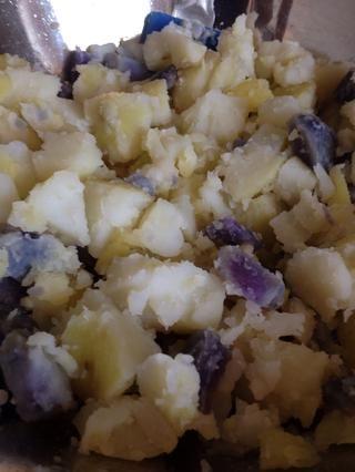 Corté suavemente las patatas, justo en el tazón ,, en trozos pequeños.
