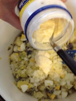 Añadir la mayonesa o aderezo para ensaladas como Miracle Whip. En realidad yo uso un poco de ambos, porque me gusta la dulzura que Miracle Whip trae a la mezcla. Ello's all about personal taste.