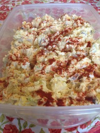 Pimentón espolvorear por encima para darle a su ensalada de papas un poco de color. Chill y Se's ready to serve!