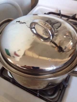 Apague el fuego, tapar y dejar que los huevos se sientan en el agua durante 12 minutos. Mientras tanto, en la tabla de cortar ...