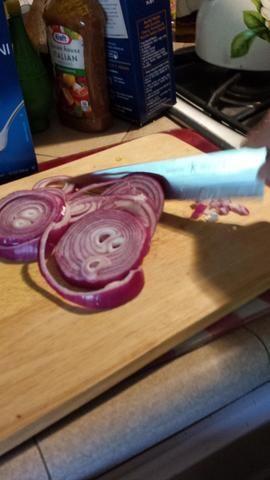 Cortar medio de una cebolla en trozos pequeños y añadir a la taza.