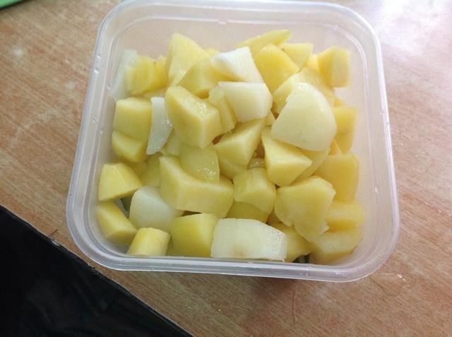 Traslado patatas cocidas en un tazón