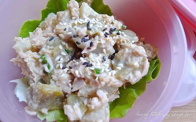 Cubierto con semillas de sésamo blanco y negro tostado añadir crujiente a la ensalada. Enfríe en el refrigerador hasta que sea necesario.