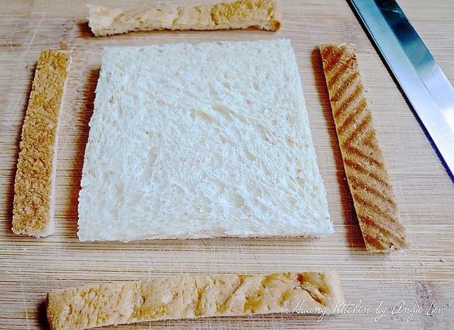 Para hacer sándwiches de sushi, primero cortar las costras fuera de todo el pan de trigo.
