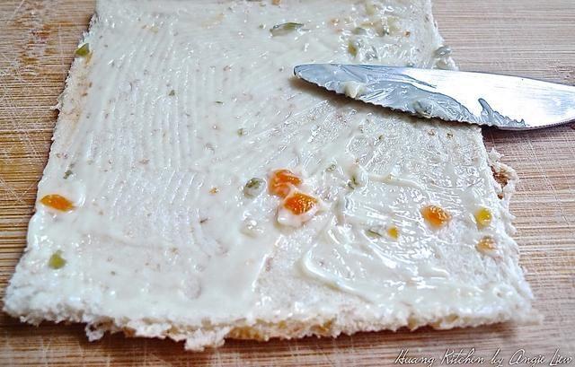 Untar el pan laminado delgado con vestidor sandwich (o cualquier propagación usted a favor).