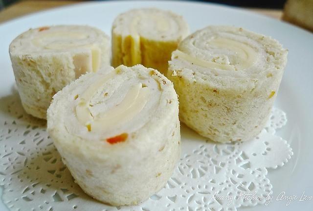 Retire la envoltura de plástico y cortar transversalmente en 4 molinetes o sándwiches de sushi con un cuchillo de sierra fina, aguda.