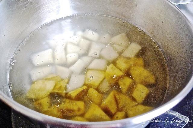 Lavar las patatas, cortar inti 2 cm cubos y cocinar por unos 5 minutos en una olla de agua hirviendo o hasta que estén tiernos. Escurrir bien y dejar enfriar.
