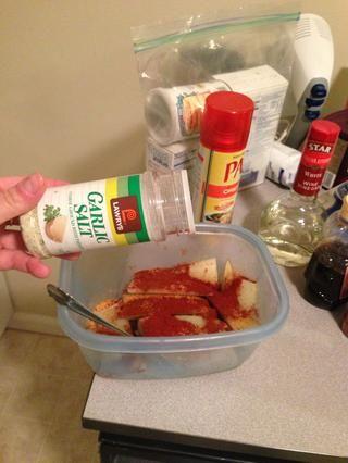 Añadir sal de ajo o en polvo al gusto. Puse en la sal de ajo aquí, pero las patatas salió en el lado salado.