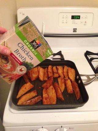 Añadir el caldo de pollo, aceite de oliva, o caldo de verduras si las patatas empiezan sequen. Yo uso el caldo, ya que es más baja en calorías thna aceite de oliva.
