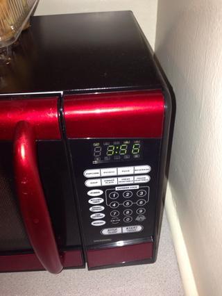 Poner las patatas en el microondas durante 6 minutos o hasta que estén casi tiernos. Usted quiere que se queden firmes y no consiguen blanda.