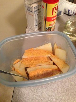 Puse unos 2 cucharaditas de condimento sal en las patatas.