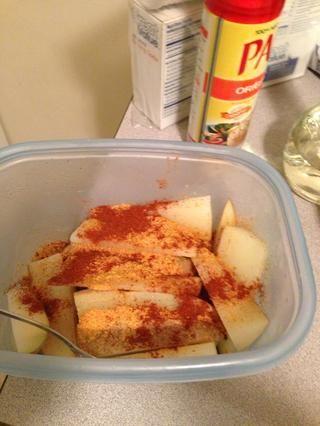 Puse unos 2 cucharadita de polvo de chile en las patatas.