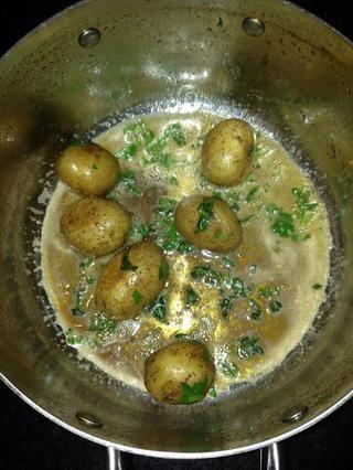 Añadir y mezclar todo junto cuando la mantequilla es de color marrón de su lista