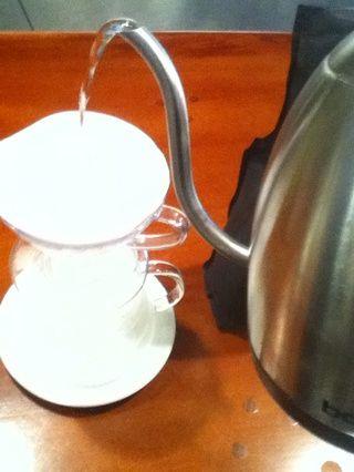 Enjuague y pre-caliente el filtro y el recipiente